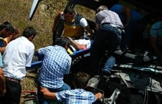Yolcu otobüsü ile kamyonet çarpıştı: 1 ölü,...
