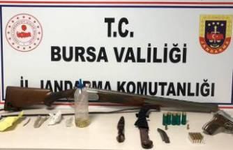 Bursa'da kısıtlamaya uymayınca yakayı ele verdiler! Silah deposu gibi...