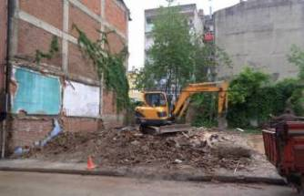 Bursa'da tehlike arz eden metruk bina yıkıldı