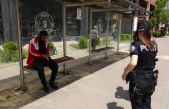 Kısıtlamaya uymadı, otobüs durağında böyle uyudu