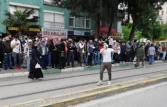 Bu insanlar nereye bakıyor? Bursa'da sosyal mesafeyi hiçe saydılar