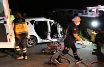 Karşı şeride geçip yolcu otobüsünün altına girdi: 2 ölü