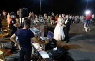 Bursa'da düğünde göbek atarken karşılarında polisi görünce ne yapacaklarını şaşırdılar!