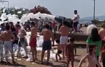Bursa'da sahildeki köpük partisinde koronavirüs unutuldu!