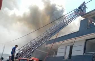 Karacabey'de apartmanın çatısı alev alev yandı