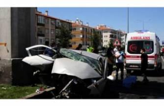 Üst geçidin ayağına çarpan otomobilin sürücüsü öldü