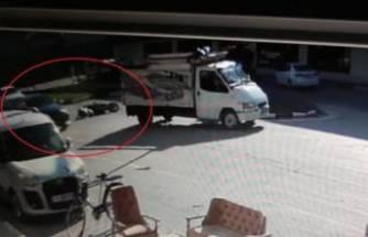 Bursa'da devrilen motosikletin sürücüsü, otomobilin altında kalmaktan son anda kurtuldu!