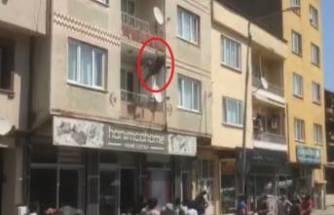 Bursa'da balkondan atlayan kadın, çevredekilerin kaldırıma koyduğu yatağa düştü