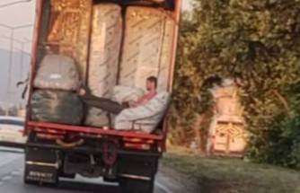 Bursa'da kamyon kasasında tehlikeli yolculuk