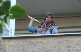 Bursa'da sinir krizi geçiren kadın, evdeki eşyaları sokağa fırlattı