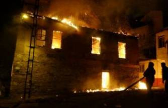 Bursa'da mahalleliyi sokağa döken yangın! Tarihi ev küle döndü