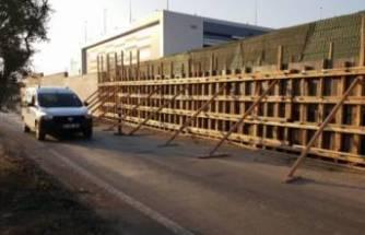 Bursa'da ördükleri duvar yolu bu hale getirdi!
