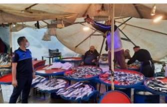 Bursa'da balıkçı tezgahlarına mavi ışık denetimi