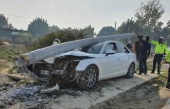 Bursa'da yol kenarındaki direğe çarpan otomobil pert oldu!