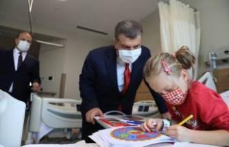 Bursa Şehir Hastanesi'ndeki hastalara Bakan Koca'dan sürpriz ziyaret
