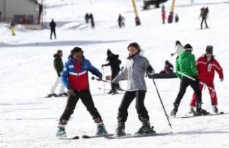 Bursa Uludağ'da tek kullanımlık kayak keyfi
