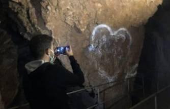 Bursa'da 3 bin yıllık mağaranın duvarlarını yazı tahtasına çevirdiler!