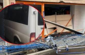 Minibüs bakkala girdi! 30 bin lira hasarımız var