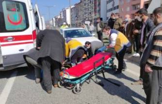 Bursa'da araba çarpan yaşlı kadına yoldan geçen sağlık görevlisi müdahale etti