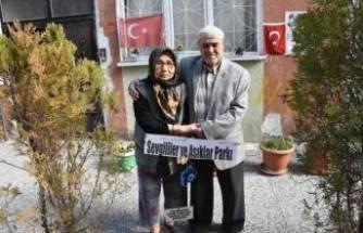 Felç geçiren eşi için oturduğu evin sokağını çiçek bahçesine çevirdi!