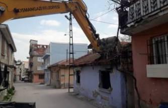 Bursa Osmangazi'de madde bağımlılarının mesken tuttuğu metruk bina yıkıldı