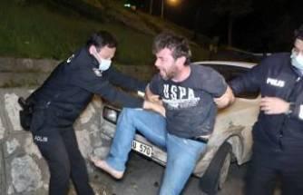 Bursa'da boş yolda duvara çarpan alkollü sürücü polise zor anlar yaşattı!