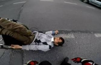 İnsanlık ölmüş! Yol ortasında düşen engelliye kimse yardım etmedi