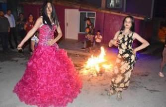 Kakava'yı evlerinin önünde ateş yakıp, göbek atarak kutladılar