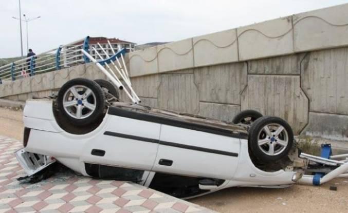 Otomobil üst geçitten düştü
