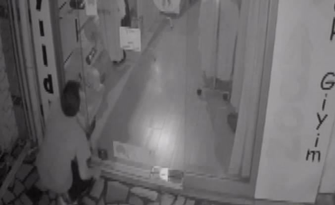 Bursa'da giyim mağazasına giren hırsız güvenlik kameralarını unuttu