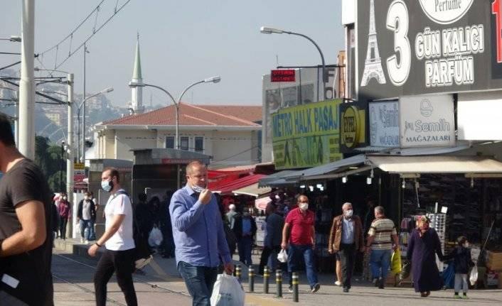 Bursa'da tedirgin eden görüntü! Uyarılara rağmen maskeler çenede kaldı