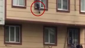 Korku dolu anlar! Camdan düşen çocuğu havada yakaladılar!