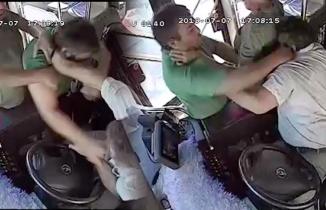 Yolcuyla şoför, otobüs seyir halindeyken birbirine girdi!