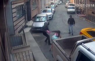 Kapkaççı dehşeti kameralarda! Çantasını vermek istemeyen kadını yerde sürüklediler