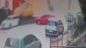 Kontrolden çıkan kepçe caddeyi savaş alanına çevirdi