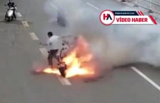 Canlarını zor kurtardılar! Otoyolda motosikletleri yandı